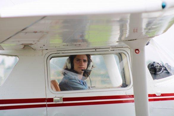 À seulement 16 ans, il pilote un avion en solo