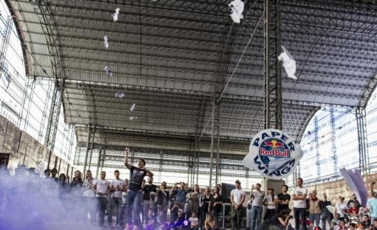 Les étudiants ont leur championnat du monde de lancer d'avions en papier