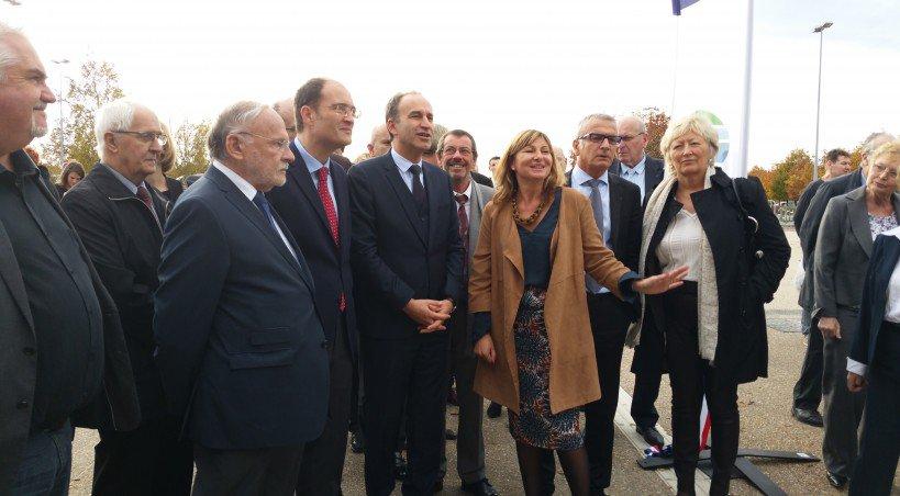 La directrice du Parc Expo, Carine Fouquier, présente la nouvelle façade aux élus