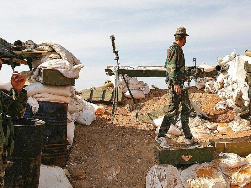 Des soldats des forces gouvernementales syriennes en position à Khan Tuman, à la périphérie de la ville rebelle d'Alep, le 25 octobre 2016 - GEORGE OURFALIAN [AFP/Archives]