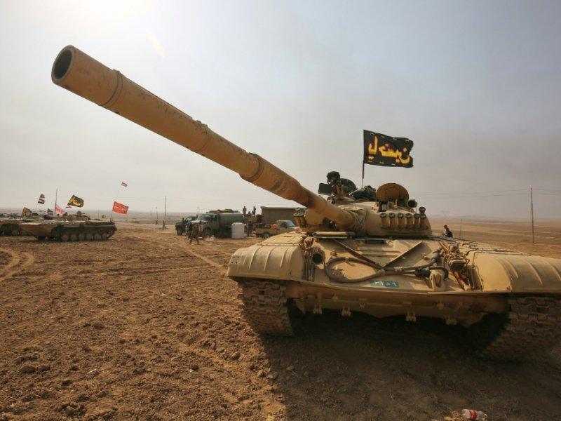 Un tank T-72 des forces armées irakiennes près du village Sin al-Dhuban, au sud de Mossoul, le 27 octobre 2016 - AHMAD AL-RUBAYE [AFP]