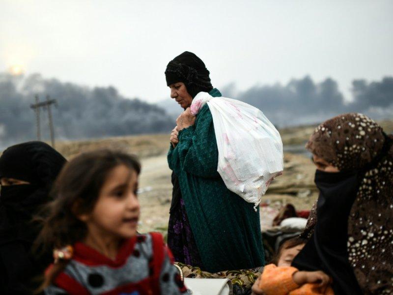 Des familles irakiennes déplacées à cause des opérations militaires en coursautour de Mossoul ciblant les soldats du groupe Etat islamique (EI) se regroupent près de Qayyarah, le 28 octobre 2016 - BULENT KILIC [AFP]