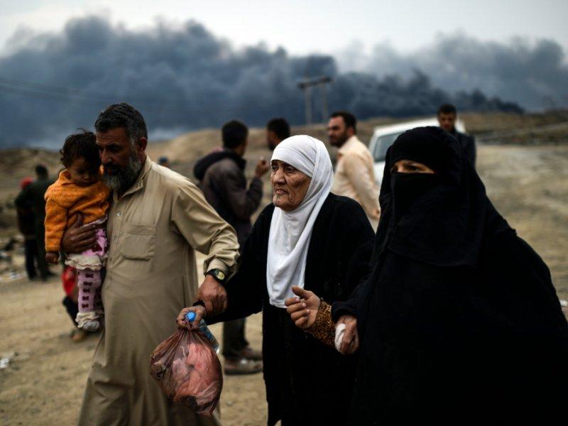 Des familles irakiennes ayant fuient les combats, se rassemblent le 28 octobre 2016 dans la région de Qayyarah - BULENT KILIC [AFP]