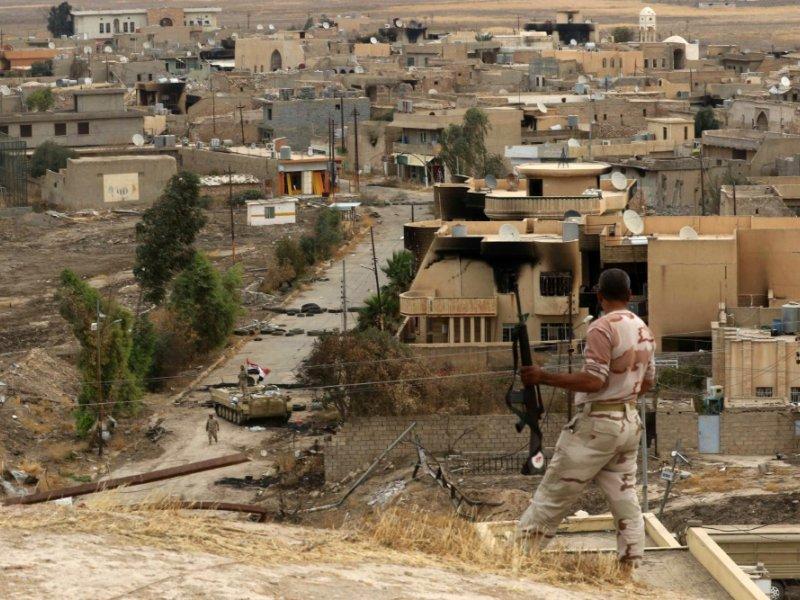 Un membre des forces irakiennes en patrouille à Hamdaniya près de Mossoul, le 28 octobre 2016 - SAFIN HAMED [AFP]