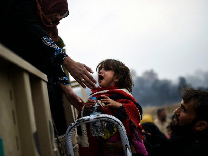 Des familles irakiennes déplacées à cause des opérations militaires en cours autour de Mossoul ciblant les soldats du groupe Etat islamique (EI) se regroupent près de Qayyarah, le 28 octobre 2016 - BULENT KILIC [AFP]
