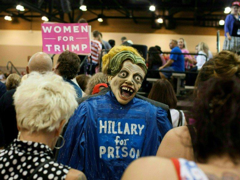 Un supporteur de Trump déguisé en Hillary Clinton et portant un masque de zombie dans le dos participe à un rassemblent répunlicain  à Phoenix, Arizona le 29 octobre 2016    Caitlin O'Hara [AFP]