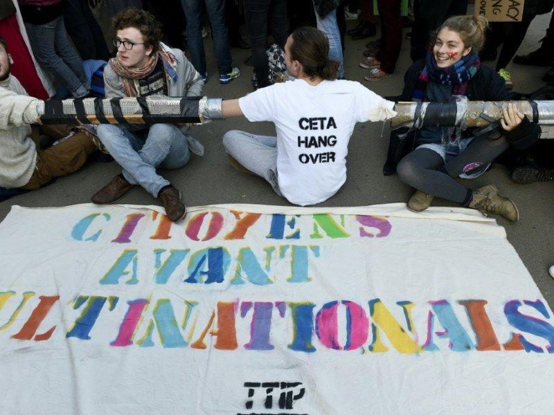 Manifestants contre la signature du CETA, devant le siège du conseil de l'UE à Bruxelles le 30 octobre 2016    JOHN THYS [AFP]