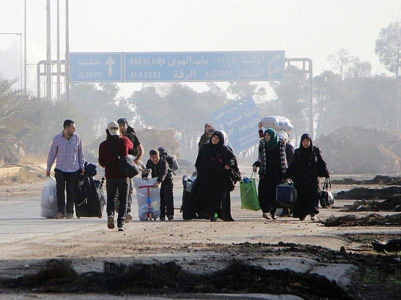 Des Syriens fuient Alep, en Syrie, le 30 octobre 2016    Omar haj kadour [AFP]