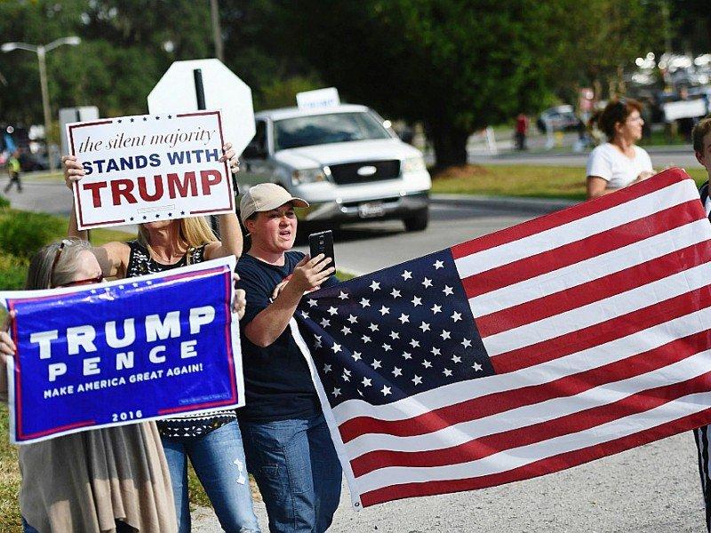 Des partisans du candidat Donald Trump manifestent devant le Pasco-Hernando State College à Dade City en Floride où se tient le meeting d'Hilary Clinton, le 1er novembre 2016 - JEWEL SAMAD [AFP]