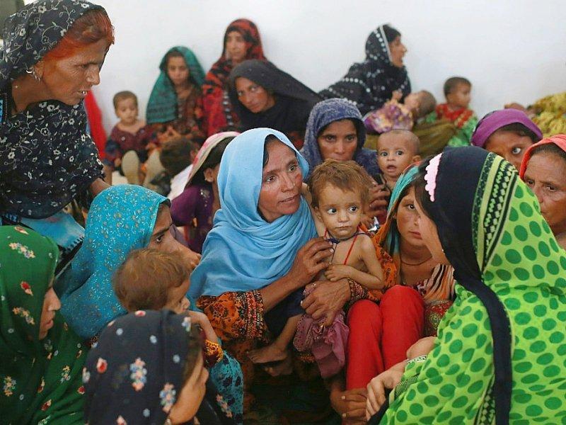 Mah Pari (c) et son fils Gul Mir, attend avec d'autres mères son tour au centre de nutrition mobile de MSF à Dera Murad Jamali, le 7 septembre 2016    SARA FARID [AFP]