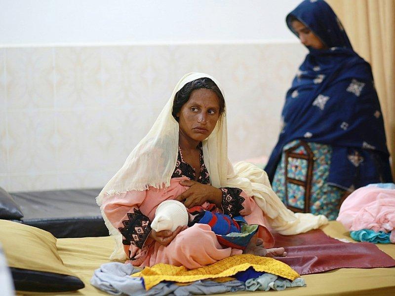 Une mère allaite son enfant au centre de nutrition mobile de MSF à Dera Murad Jamali, le 7 septembre 2016    SARA FARID [AFP]