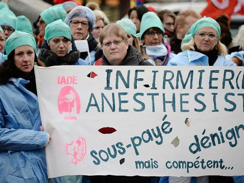 Des infirmiers, aides-soignants et personnels hospitaliers manifestent à Strasbourg, le 8 novembre 2016, pour dénoncer leurs conditions de travail - FREDERICK FLORIN [AFP]