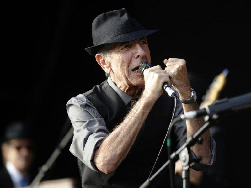 Le chanteur et poète Leonard Cohen chante le 20 juillet 2008 au Festival de Benicassim (Espagne) - Diego TUSON [AFP/Archives]
