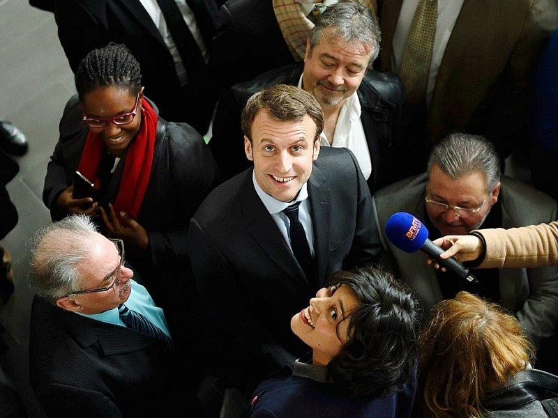 """Emmanuel Macron et Myriam El Khomri en visite le 11 janvier 2016 au """"""""Campus des métiers de l'entreprise"""" à Bobigny - ERIC FEFERBERG [AFP/Archives]"""