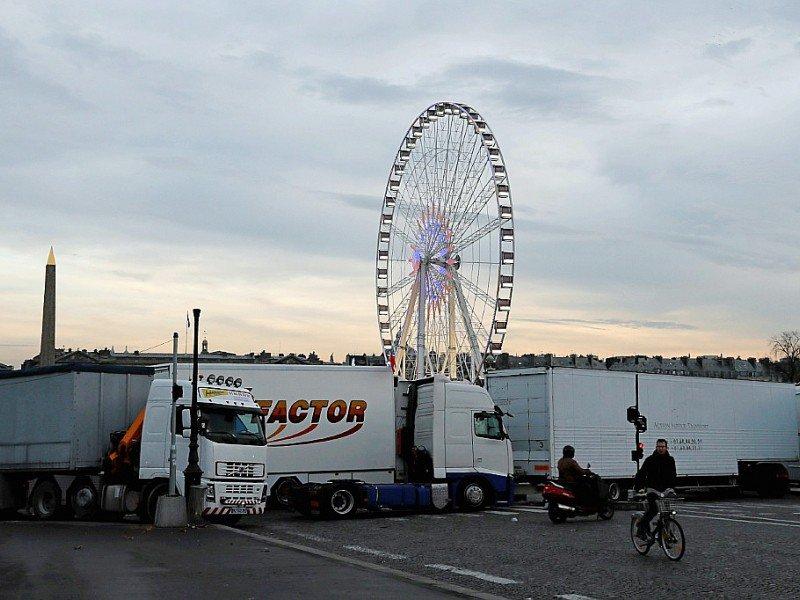 Des camions de forains bloquent l'accès à la Place de la Concorde à Paris le 24 novembre 2016 pour soutenir Gérard Campion, propriétaire de la Grande roue, dont l'Etat demande le démantèlement    Thomas SAMSON [AFP]