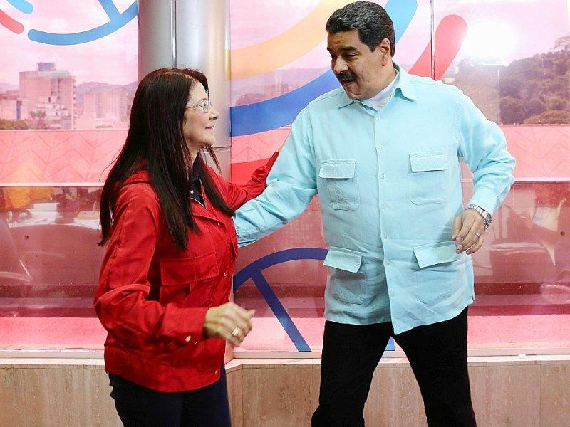 Photo de Nicolas Maduro, fournie par la présidence vénézuélienne, et de la première dame Cilia Flores dansant lors d'un programme de radio, le 1er novembre à Caracas - PRESIDENCIA [Venezuelan Presidency/AFP]