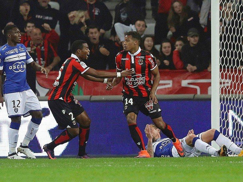 L'attaquant niçois Alassane Pléa après avoir ouvert le score face à Bastia à l'Allianz Riviera, le 27 novembre 2016    VALERY HACHE [AFP]