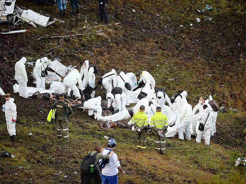 Les secours emportent le 29 novembre 2016 les corps des victimes du crash aérien survenu la veille à Cerro Gorde en Colombie - RAUL ARBOLEDA [AFP]