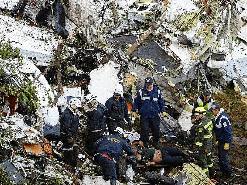 Les secours le 29 novembre 2016 au milieu de la carcasse de l'avion qui s'est écrasé la veille à Cerro Gorde en Colombie - Raul ARBOLEDA [STR/AFP]