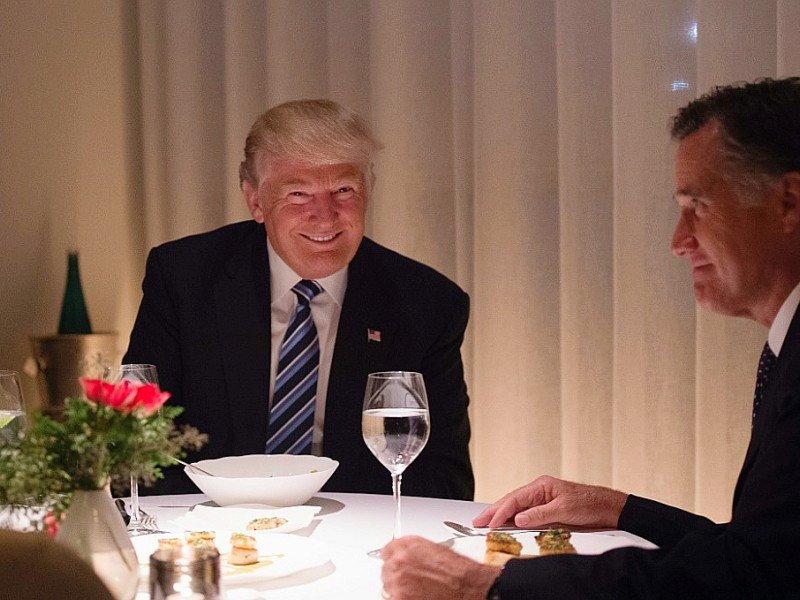 Donald Trump lors d'un dîner avec Mitt Romney dans la Trump Tower, le  29 novembre 2016 à New York    © Bryan R. Smith [AFP]