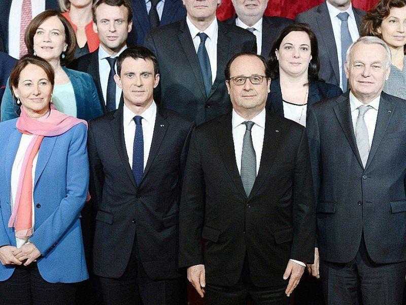 Une photo de famille avec tous les membres du gouvernement, le 17 février 2016 à Paris - STEPHANE DE SAKUTIN [AFP/Archives]
