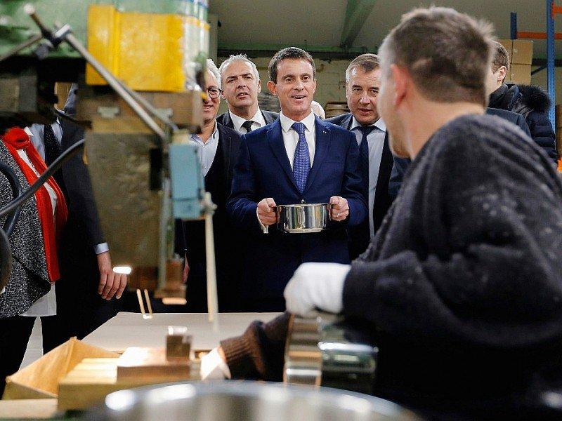 Manuel Valls (c), candidat à la primaire socialiste, le 7 décembre 2016 à Fesches-le-Châtel dans le Doubs - VINCENT KESSLER [POOL/AFP]