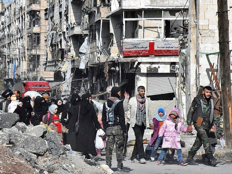 Des Syriens retournent chez eux dans un district repris par les forces gouvernementales à Alep, le 8 décembre 2016 - GEORGE OURFALIAN [AFP]