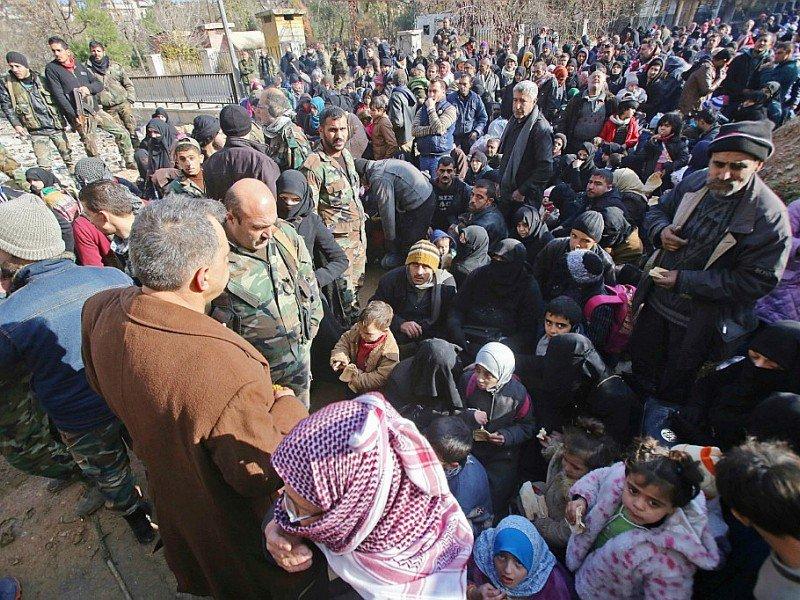 Des civils ayant fui les les violences, le 8 décembre 2016 à Maysaloun un secteur d'Alep-Est - Youssef KARWASHAN [AFP]