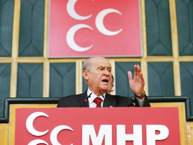 """Après avoir longtemps refusé les appels du pied du gouvernement, le leader du MHP (formation de droite nationaliste) Devlet Bahçeli, ici le 19 juillet 2016 à Ankara, a décidé de soutenir l'AKP, à condition que ses """"sensibilités"""" soient respectées. - ADEM ALTAN [AFP/Archives]"""