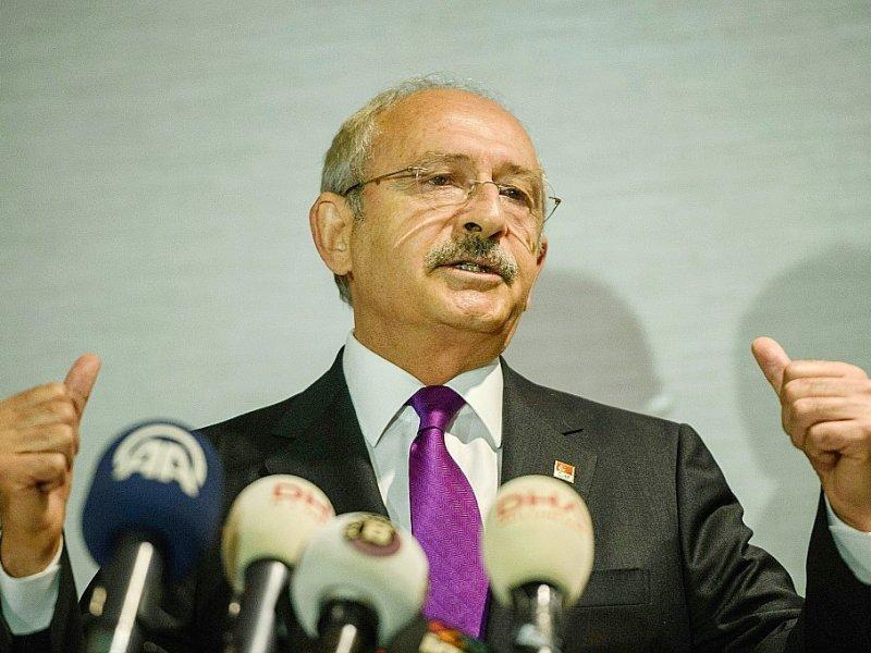 """Selon le chef du CHP (social-démocrate), Kemal Kiliçdaroglu, ici à Istanbul le 30 septembre 2016, la réforme constitutionnelle menace la """"tradition parlementaire vieille de 140 ans"""" héritée des réformes menées à la fin de l'Empire ottoman. - OZAN KOSE [AFP/Archives]"""