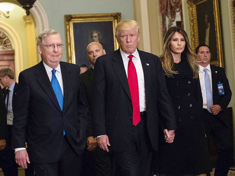 Mitch McConnell, Donald Trump et son épouse Melania, le 10 novembre 2016 à Washington