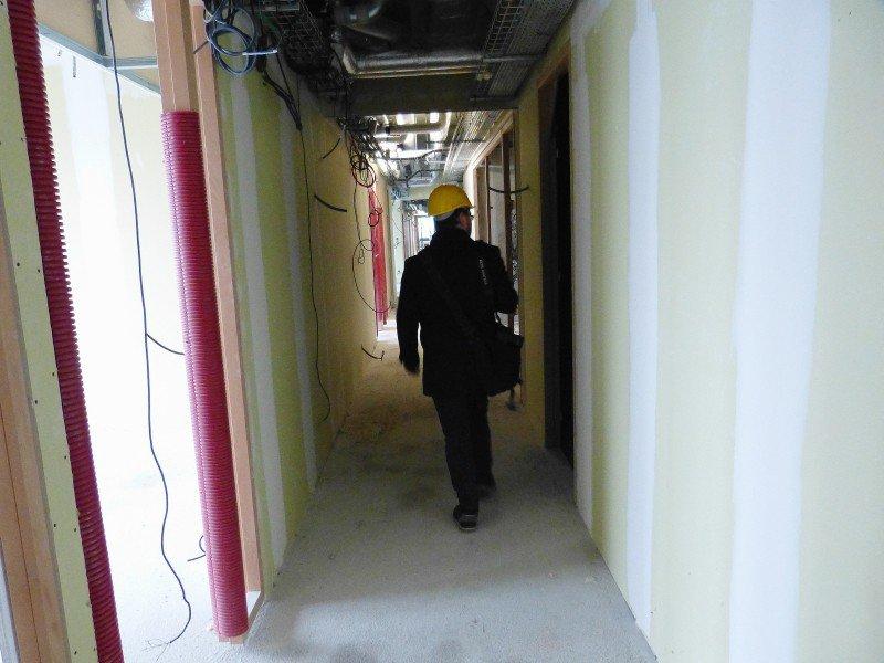 Les étages sont constitués de longs couloirs débouchant sur des bureaux - 10m2 par agent - et sur des terrasses.
