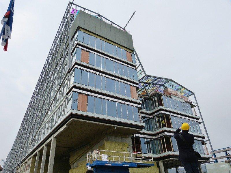 Imposant, le futur bâtiment offre une façade colorée, aux teintes changeantes selon la lumière.