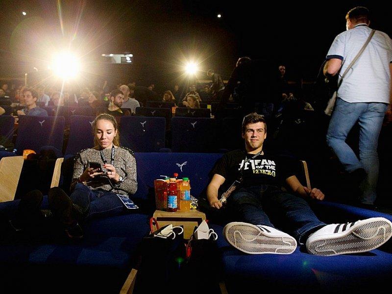 """Des fans de Star Wars avant une avant-première de l'épisode précédent """"Le Réveil de la Force"""", le 16 décembre 2015 à Tremblay-en-France, près de Paris - KENZO TRIBOUILLARD [AFP/Archives]"""