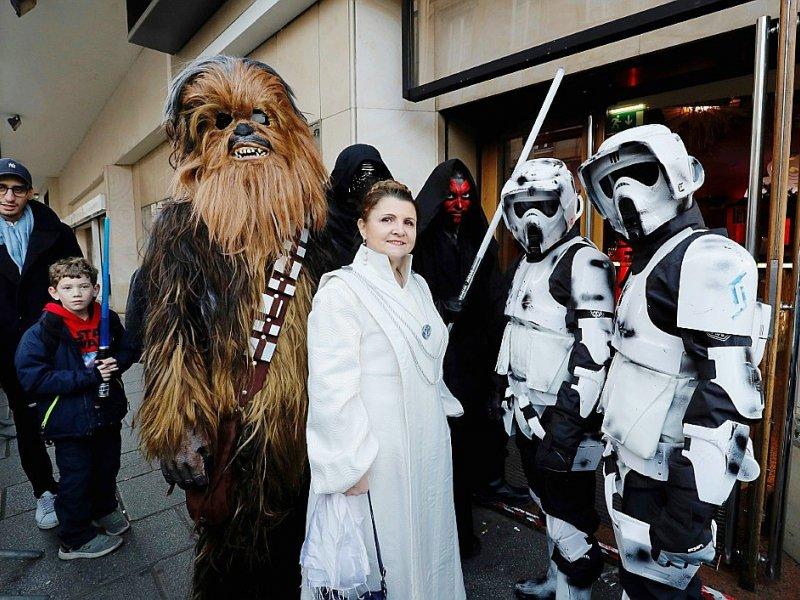 Des spectateurs déguisés en personnages de Star Wars font la queue devant le cinéma Le Grand Rex à Paris, le 14 décembre 2016 - FRANCOIS GUILLOT [AFP]