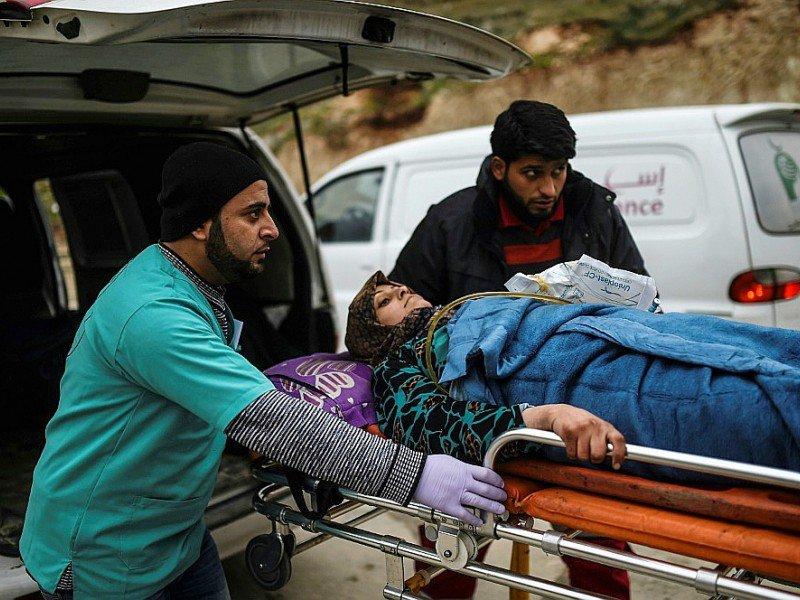 Une Syrienne blessée évacuée d'Alep à son arrivée le 16 décembre 2016 à Bab al-Hawa à la frontière de la Syrie et de la Turquie    BULENT KILIC [AFP]