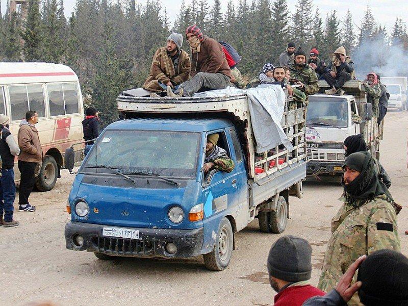 Rebelles et civils sont évacués des quartiers est d'Alep le 16 décembre 2016 vers la région de Khan al-Aassal (ouest d'Alep)    Omar haj kadour [AFP]