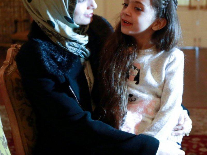 La Syrienne Bana al-Abed (d) avec sa mère Fatemah, le 22 décembre 2016 à Ankara    ADEM ALTAN [AFP]