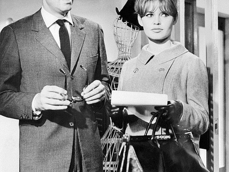 Le réalisateur Roger Vadim et la comédienne Brigitte Bardot, lors d'un tournage en 1960 aux studios de Boulogne, dans l'ouest parisien    STF [UPI/AFP/Archives]
