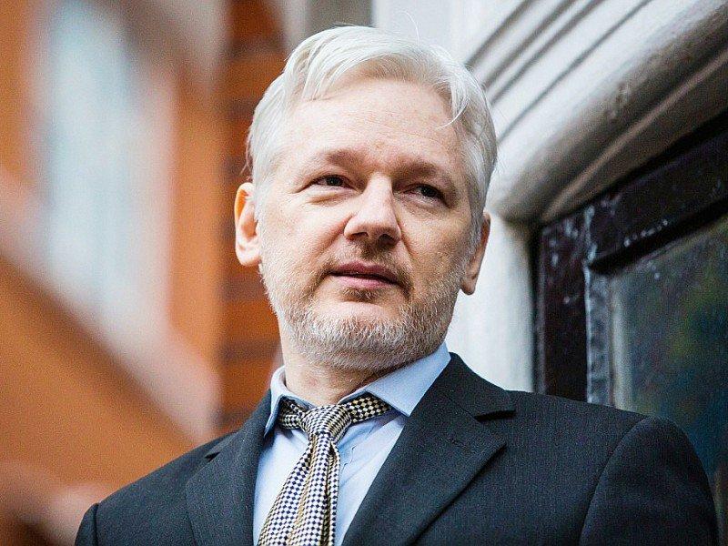 Le fondateur de WikiLeaks Julian Assange  au balcon de l'ambassade d'Equateur le 5 février 2016 à Londres - Jack Taylor [AFP/Archives]