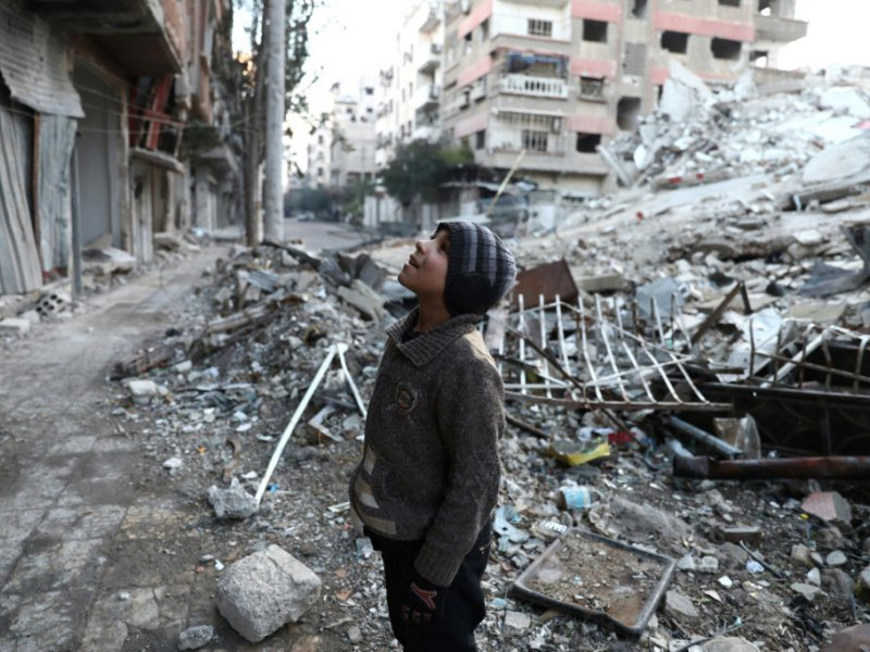Un enfant au milieu des décombres le 9 janvier 2017 à Douma, ville aux mains des rebelles - Abd Doumany [AFP]