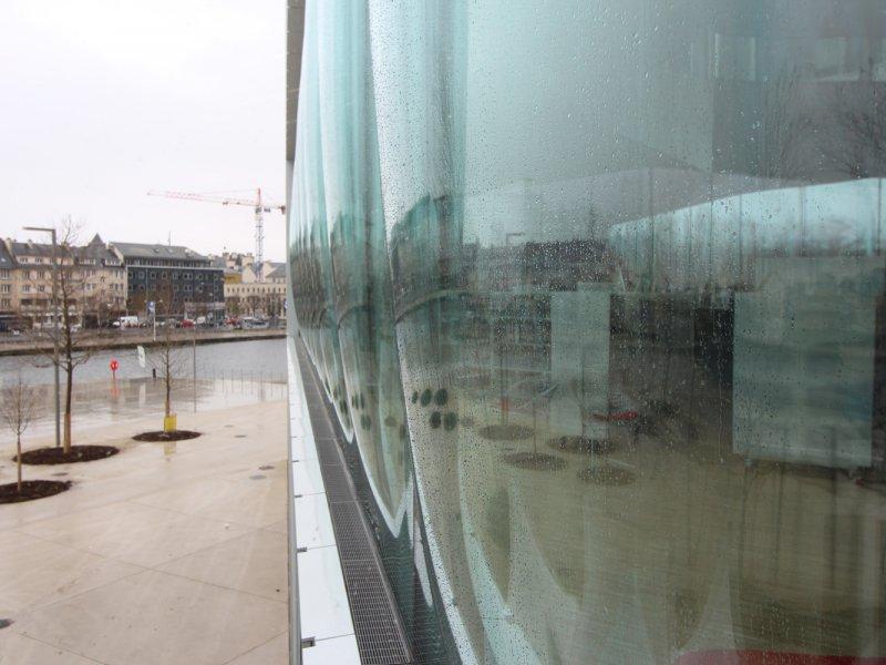 L'une des caractéristiques majeures de l'établissement : des baies vitrées bombées, essentielles à l'architecture du bâtiment. Elles permettent notamment de relever le pari de ne pas avoir eu à positionner des piliers au premier étage. Bibliothèque A - Maxence Gorréguès