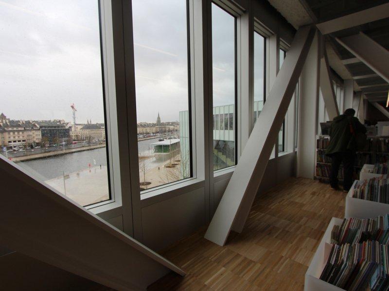 Au deuxième et dernier étage, poutres et piliers font leur retour comme au rez-de-chaussée. Bibliothèque Alexis de Tocqueville à Caen. 13 janvier 2017. - Maxence Gorréguès