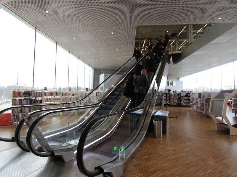 Des escalators ainsi que des ascenseurs permettent d'accéder aux étages. Bibliothèque Alexis de Tocqueville à Caen. 13 janvier 2017. - Maxence Gorréguès