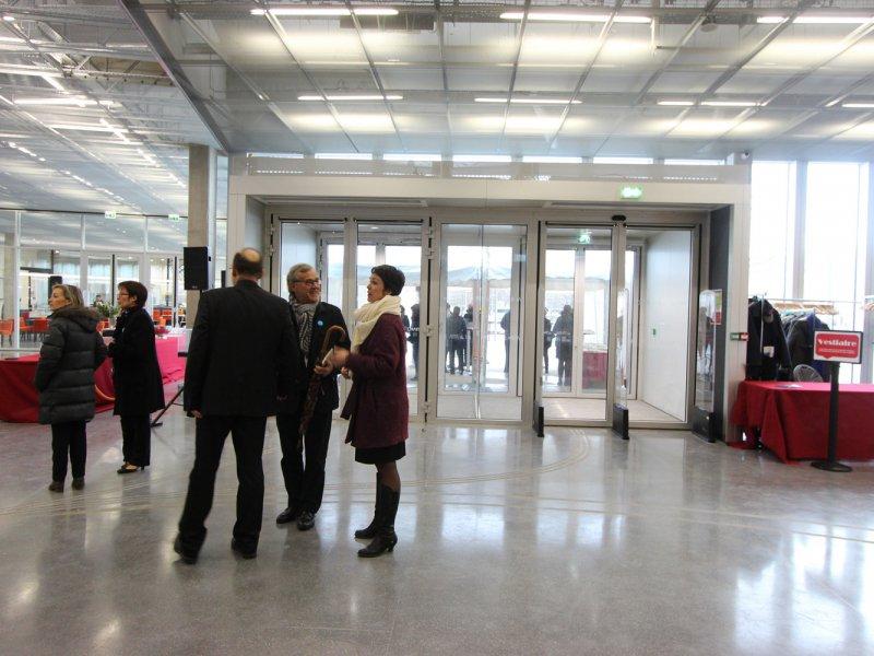 A l'intérieur du hall d'accueil, par l'entrée ouest de la bibliothèque, sur le quai la liant au bassin Saint-Pierre. Bibliothèque Alexis de Tocqueville à Caen. 13 janvier 2017. - Maxence Gorréguès