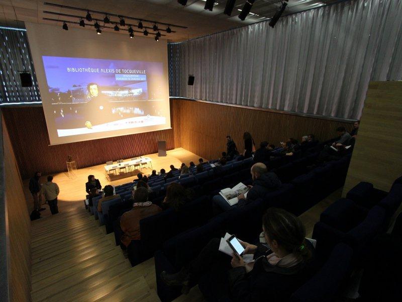 Auditorium de la bibliothèque, en sous-sol. Bibliothèque Alexis de Tocqueville à Caen. 13 janvier 2017. Bibliothèque Alexis de Tocqueville à Caen. 13 janvier 2017. - Maxence Gorréguès