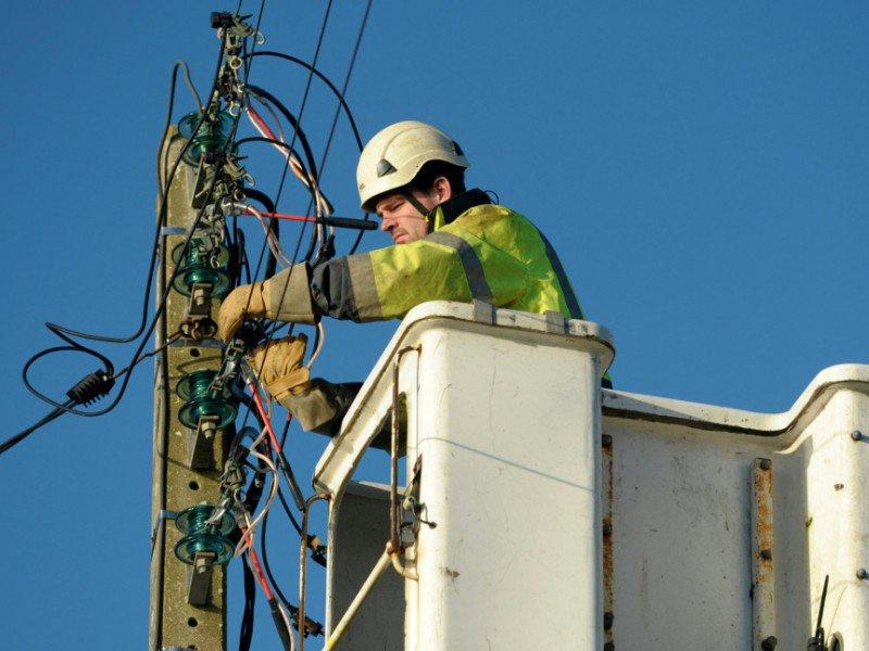 Un technicien répare une ligne électrique le 13 janvier 2017 à Tregung dans l'ouest de la France - FRED TANNEAU [AFP]