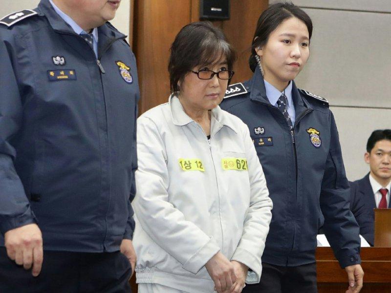 Choi Soon-Sil (c), accusée de corruption, à son arrivée au tribunal  de Séoul, le 5 janvier 2017 - Chung Sung-Jun [POOL/AFP/Archives]