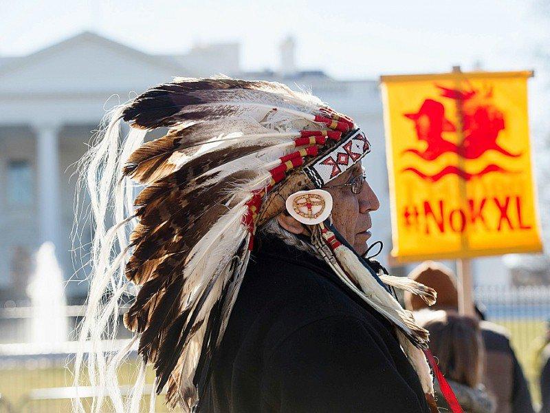 Le chef indien des nations Dakota, Lakota et Nakota, Arvol Looking Horse, participe à une manifestation contre le projet d'oléoduc Keystone XL devant la Maison Blanche à Washington DC, le 28 janvier 2015    NICHOLAS KAMM [AFP/Archives]