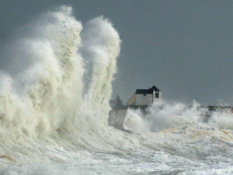 Des vagues frappent le port de Lesconil (ouest) le 3 février 2017    FRED TANNEAU [AFP]
